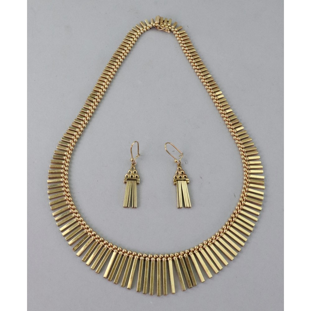 A 9ct gold fringe necklace of graduated... Image